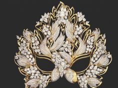 This is a picture of Liz Taylor's Lachrynosa diamond and yellow gold  mask that was constructed in 1993 using 130 carats of diamonds.