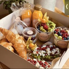 Charcuterie Gifts, Charcuterie Recipes, Charcuterie And Cheese Board, Party Food Platters, Think Food, Picnic Foods, Cafe Food, Food Gifts, Food Presentation