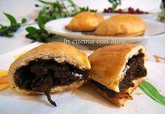 Le nepitelle calabresi /pizze cu niebita sono dei dolci tipici della Calabria a forma di panzerotti ripieni con mostarda d'uva, noci, mandorle e cioccolato.