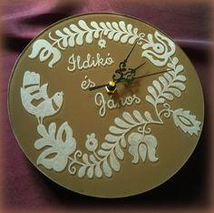 Gravírozott üveg falióra #minibazár #ajándék #kézműves #gravírozás Wedding Inspiration, Clock, Wall, Home Decor, Watch, Decoration Home, Room Decor, Clocks, The Hours