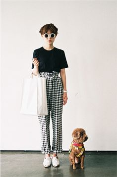 Pants gamine summer outfits asian fashion korean fashion black and white round sunglasses minimalist minimalist fashion Gamine Summer Outfits, Style Outfits, Gamine Outfits, Looks Street Style, Looks Style, Style Me, Asian Fashion, Look Fashion, Fashion Black