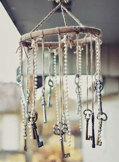 Shabby chic is a soft, feminine and romantic way of decoration style that looks comfortable and inviting. Are you passionate about the shabby chic interior design and decoration? Check out these awesome shabby chic decor diy ideas & projects. Lustre Shabby Chic, Shabby Chic Chandelier, Shabby Chic Garland, Casas Shabby Chic, Vintage Shabby Chic, Vintage Style, Vintage Keys Decor, Antique Decor, Vintage Items