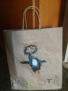 pingüí ceres i lletres puntejades amb poska. escola miquel martí i pol sabadell Paper Shopping Bag, Reusable Tote Bags, Decor, Decoration, Decorating, Dekorasyon, Dekoration, Home Accents, Deco