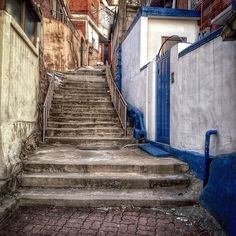 sarafa / #20131220 #iphone5s #seoul #photowalking #alley #itaewon #서울 #이태원 #사진산책 #골목 #주택가 #계단 #stairs #snapseed #ソウル #階段 #住宅街 / 서울 용산 이태원 / #골목 #비탈 #계단 / 2013 12 28 /