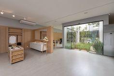 No Projeto da Loja de móveis pela SHM Arquitetura, a presença do jardim de inverno no interior da loja garante o frescor no ambiente e na decoração. Foto: Miro Martis