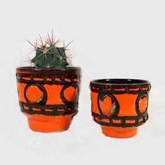 He encontrado este interesante anuncio de Etsy en https://www.etsy.com/es/listing/222647489/vintage-pots-planters-mid-century-orange