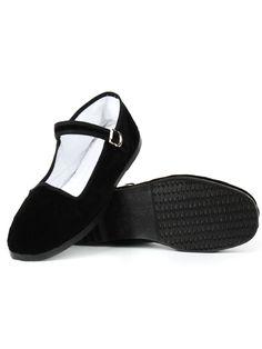 Heerlijk zittende Kung Fu schoenen met aan de bovenzijde zacht zwart fluweel. Zit dankzij verstelbaar bandje altijd goed. €9,75.