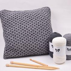 Stickad kuddfodral i nätpatent Hobbii Design Hobbii Knitted Cushion Pattern, Knitted Cushions, Knitting Patterns Free, Free Knitting, Free Pattern, Knit Or Crochet, Crochet Hooks, Smocking, Branding Design
