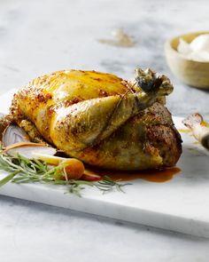 Om zelf een gevulde kip te maken, vraag je best aan je beenhouwer om de kip te ontbenen. Je kan dan mooie plakjes van de kip snijden. Serveer met kroketjes. Foodies, Turkey, Meat, Recipes, Sheppard Pie, Chicken, Atelier, Lasagna, Turkey Country