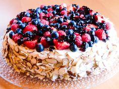 Her har du kaken som slår an ved enhver sommerfest! Kaken består av en lekker mandelbunn som fylles med vaniljekrem og pyntes med glaserte bær.
