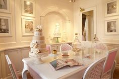 This would be an awesome sit down area for talking over Wedding cake designs with brides to be. ~HH
