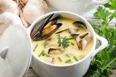 Σε ένα μεγάλο τηγάνι λιώνουμε το βούτυρο σε υψηλή φωτιά.  Ρίχνουμε το κρεμμύδι, το σκόρδο, το τζίντζερ, την πιπεριά, τη σκόνη κάρυ και σοτάρουμε για 2-3 λεπτά.  Προσθέτουμε το σαφράν, το λευκό κρασί και το ζωμό λαχανικών και βράζουμε.  Μαγειρεύουμε σε υψηλή φωτιά για 2-3 λεπτά.  Πετάμε όποιο μύδι έχει σπασμένο κέλυφος ή δεν κλείνει.  Προσθέτουμε τα μύδια στο τηγάνι, καλύπτουμε...