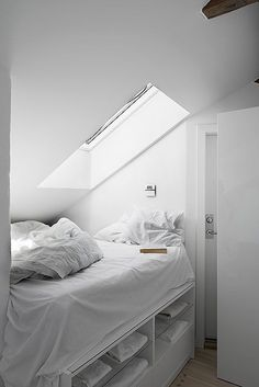 reminds me of one of my rooms in Germany... love that skylight