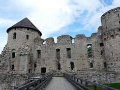 Visita al castillo de Cēsis sosteniendo un viejo farol