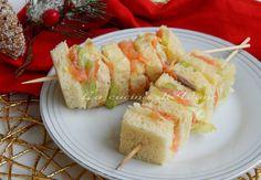 spiedini tramezzini al salmone antipasto natale capodanno, ricetta finger food per feste natale o capodanno, ricetta con il salmone facile.ricetta antipasto