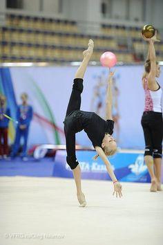 Russian Championships Kazan : Yana Kudryavtseva wow look at her foot. Rhythmic Gymnastics Training, Gymnastics Poses, Amazing Gymnastics, Gymnastics Outfits, Sport Gymnastics, Artistic Gymnastics, Flexibility Dance, Gymnastics Flexibility, Flexibility Workout