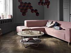 Et slående sofabord for dem som ikke kan få nok. To overflater, som kan velges etter eget valg som marmor og eik eller begge, elegant holdt sammen med en pudderbelagt stålramme.