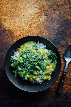 Mango Curry with Chickpeas - Rawsome Vegan Life Curry Recipes, Raw Food Recipes, Indian Food Recipes, Curry Dishes, Vegan Dishes, Peasant Food, Mango Curry, Vegan Curry, Chickpea Curry