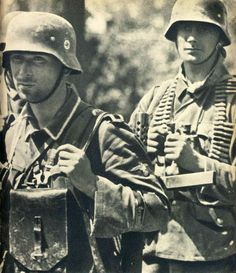Waffen SS troops on the March Military Photos, Military Men, Military History, German Soldiers Ww2, German Army, Germany Ww2, German Uniforms, Ww2 Photos, War Photography