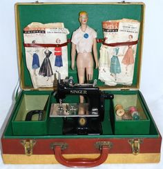 1952 Child's Singer Sewing Machine with Doll Mannequin Kit Sewing Art, Sewing Dolls, Love Sewing, Sewing Crafts, Sewing Projects, Couture Vintage, Vintage Sewing Notions, Antique Sewing Machines, Sewing Accessories