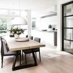 Combinatie keuken met houten vloer.