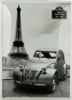 Citroën  2 CV - Tour Eiffel : Plaque décorative rétro en métal représentantune Citroën 2 CV devant la Tour Eiffel. Idéal pour créer une décoration vintage dansun garage, une concession autoou encore un bistro parisien.