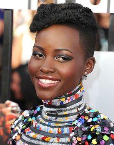 #noccoparrucchieripervoi: Lupita Nyong'o  Il corto con la rasatura sulle tempie è un taglio afro che sta benissimo se hai i capelli molto ricci.