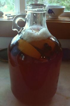 Want to make mead, but intimidated by making a large batch? I'll show you how to make a gallon of mead! This simple mead recipe is perfect for beginners! How To Make Mead, How To Make Homemade, Mead Wine, Mead Beer, Honey Mead, Fermented Honey, Fermented Foods, Mead Recipe, Honey Wine
