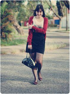 Look com saia lápis preta camiseta estampada meia calça poá sapatilha cardigã vermelho
