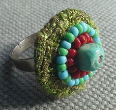 Bague textile. Association de vert, turquoise et rouge grenat: Accord parfait.