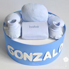 Una tarta de pañales personalizada con regalos útiles para el bebé desde el primer día ¿Quieres ver los colores en la que está disponible esta tarta de pañales de 1 piso? #tartadepañales #regalobebe #regaloembarazo #regalosoriginales #canastilla #cestanacimiento #tartasdepañales #futuramama #mamá #babyshower #pasteldepañales #bebeencamino #embarazo #fiestababyshower #cestabebe
