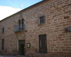 Palacio de los Orozco: Se encuentra en la Calle Pontón cerca de la Plaza Nueva. Construido en el siglo XVII (en la fachada aparece labrado en piedra el año 1695), perteneció a la familia de los Orozco. La portada es de sillería, siendo la puerta de acceso adintelada. Sobre la puerta hay un balcón de arcos geminados con parteluz, rematados por el escudo de la familia.    De http://1.bp.blogspot.com/-6HZEY0tb-SY/T801liPCt0I/AAAAAAAAAE4/tQd9hXUQWrk/s1600/linares-segovia01.jpg