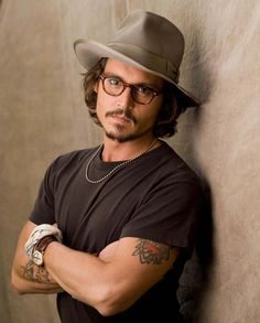 Famous Hollywood celebrities wearing Stetson cowboy hats and fedoras in real life and in movies or TV shows: Brad Pitt, Tom Brady, Prince William, Johnny Depp. Johnny Depp Frases, Here's Johnny, Brad Pitt, Beautiful Men, Beautiful People, Simply Beautiful, Pretty People, Sexy Men, Handsome