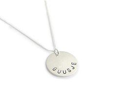 Moeder sieraden. Mooie eenvoudige zilveren hanger met naam van jouw kindje. Inclusief middelkorte zilveren gourmet ketting. Een naamhanger is ook erg leuk om cadeau te geven.