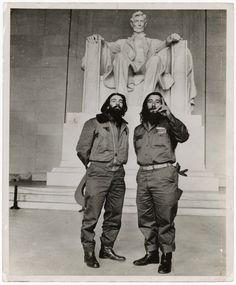Comandante Camilo Cienfuegos y capitan Rafael Ochoa en el Lincoln Memorial, Washington D.C. 1959