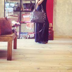 Pelle e borchie rotonde.  Essential Formentera