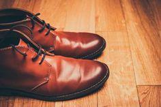 Cirer les chaussures en cuir