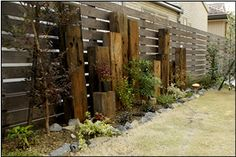 アンティーク枕木の立柱群とナチュラル花壇