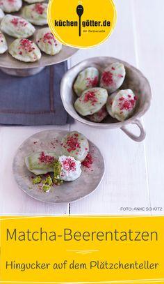 Farbe von grünem Matcha-Teepulver, feiner Geschmack von Mandeln, getoppt mit leicht säuerlicher Beerenglasur – ein richtiger Hingucker! Unser Rezept für die etwas anderen Plätzchen.