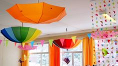 klasinrichting herfst: parapluutjes ophangen Preschool Set Up, Preschool Rooms, Preschool Crafts, Classroom Ceiling Decorations, Classroom Decor, Childcare Rooms, Art For Kids, Crafts For Kids, Kids Room Paint