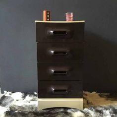 Meuble de rangement du designer MARC HELD, pour la marque Prisunic. Ensemble en plastique écru avec 4 tiroirs de 32,5 x 26 x 12 cm de couleur marron. bon état, juste quelques taches sur plateau, visible sur les photos.