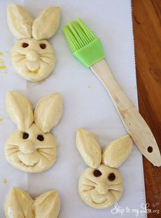 How to make bunny rolls! Such a cute fun food idea.How to make bunny rolls! Such a cute fun food idea. Easter Cookies, Easter Treats, Basic Dinner Roll Recipe, Easter Recipes, Holiday Recipes, Recipes Dinner, Bunny Rolls, Bunny Bread, Bread Shaping