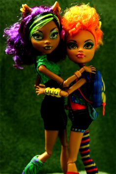 Close sisters with differences put aside - #Clawdeen and #Howleen Wolf #monsterhigh