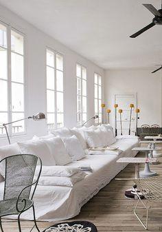 me encantan los sofas con fundas de linos blancos, elegante, canchero, y practico!!
