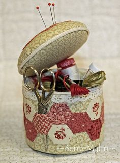 jehelníček- great idea from Bentemalm Quilt Design Sewing Hacks, Sewing Crafts, Sewing Projects, Sewing Kits, Sewing Tutorials, Sewing Case, Sewing Baskets, Needle Book, Hexagon Quilt