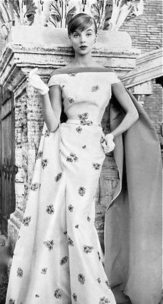 """myvintagevogue: """"Moda Italiana Spring / Summer 1956 Iris Bianchi wearing a gown by Fontana """" Vintage Vogue, Vintage Glamour, Moda Vintage, Vintage Beauty, Vintage Glam Style, Vintage Outfits, Vintage Gowns, Vintage Clothing, 1950s Style"""