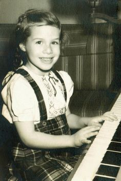 I was born Carole King on February 9, 1942. *Singer/Musician Celebrities Then And Now, Young Celebrities, Celebs, Celebrity Kids, Celebrity Pictures, Carole King, I Love Music, Young Ones, Folk Music