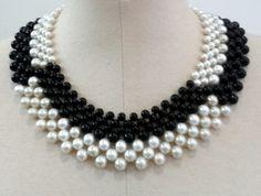 Maxi colar entrelaçado de pérolas brancas e pretas. Colar estilo gola totalmente exclusivo!!