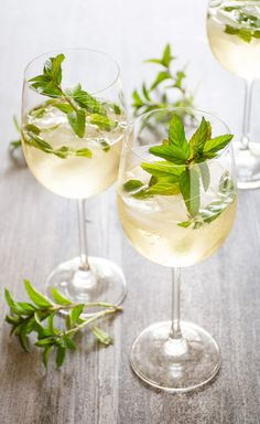 6 drinks with cava or prosecco - Cocktail Design Prosecco Cocktails, Fruity Cocktails, Refreshing Drinks, Fun Drinks, Alcoholic Drinks, Beverages, Vodka Drinks, Holiday Cocktails, Rum Cocktail Recipes
