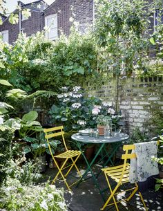 Artist and maker Bridie Hall's north London house - - Artist and maker Bridie Hall has made her mark on her Victorian house in north London with eclectic collections of antique finds and her own eye-catching works set against bold blocks of colour. Small Courtyard Gardens, Small Courtyards, Small Gardens, Formal Gardens, Small Terrace, Cottage Patio, Cottage Gardens, Small Garden Design, Patio Design